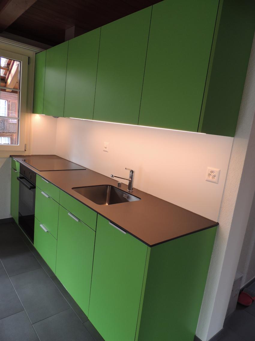 Grüne Küche mit freistehendem Kühlschrank - Schreinerei ...
