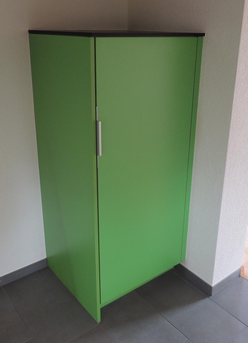 Grüne Küche mit freistehendem Kühlschrank - Schreinerei Imwinkelried